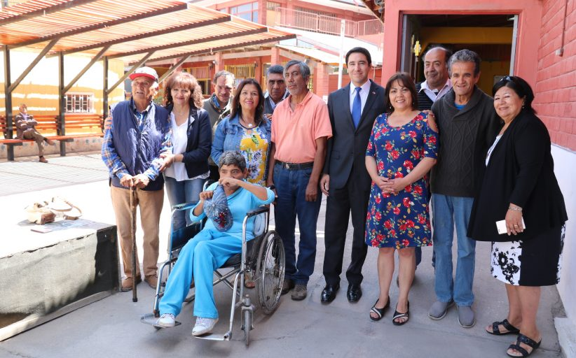 Gobernador Patricio Urquieta se reunió con integrantes de la Corporación Mi Pequeño Hermano y acompañó a destacada artista plástica en su exposición de obras
